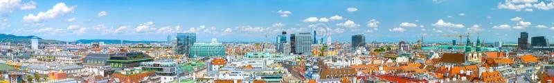 Powietrzny panoramiczny pejzażu miejskiego widok austriacka stolica Wiedeń Lata światła słonecznego dzień, małe cumulus chmury w  obraz stock