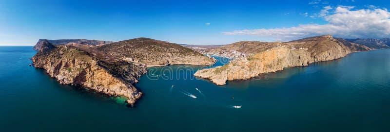 Powietrzny panoramiczny widok Balaklava zatoka w Crimea, halnych falezach i morzu z statkami, Piękny natury panoramy krajobraz zdjęcia stock