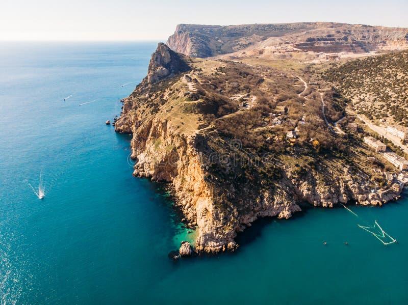 Powietrzny panoramiczny widok Balaklava zatoka w Crimea, halnych falezach i morzu z statkami, Piękny natury panoramy krajobraz fotografia royalty free