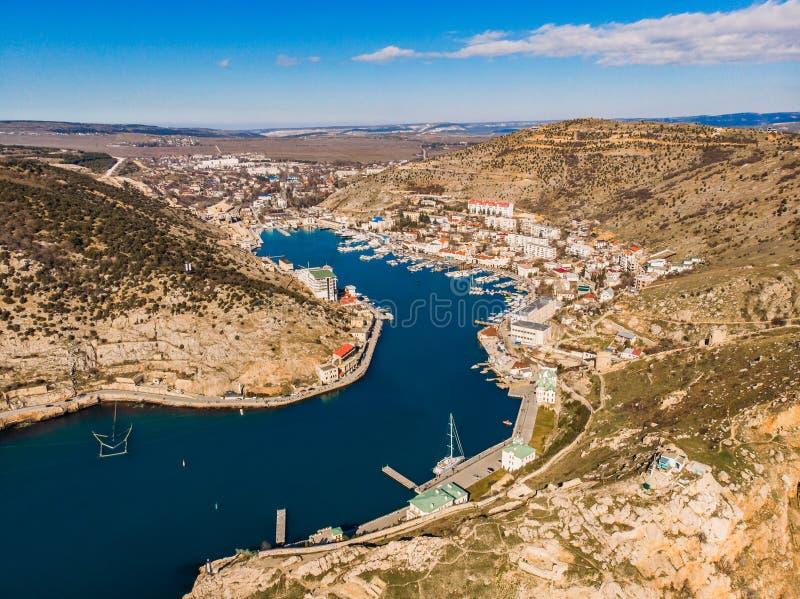 Powietrzny panoramiczny widok Balaklava zatoka w Crimea, halnych falezach i morzu z statkami, Piękny natury panoramy krajobraz zdjęcia royalty free