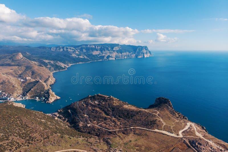 Powietrzny panoramiczny widok morze zatoka w Crimea, halne falezy Pi?kny natury panoramy krajobraz zdjęcie stock