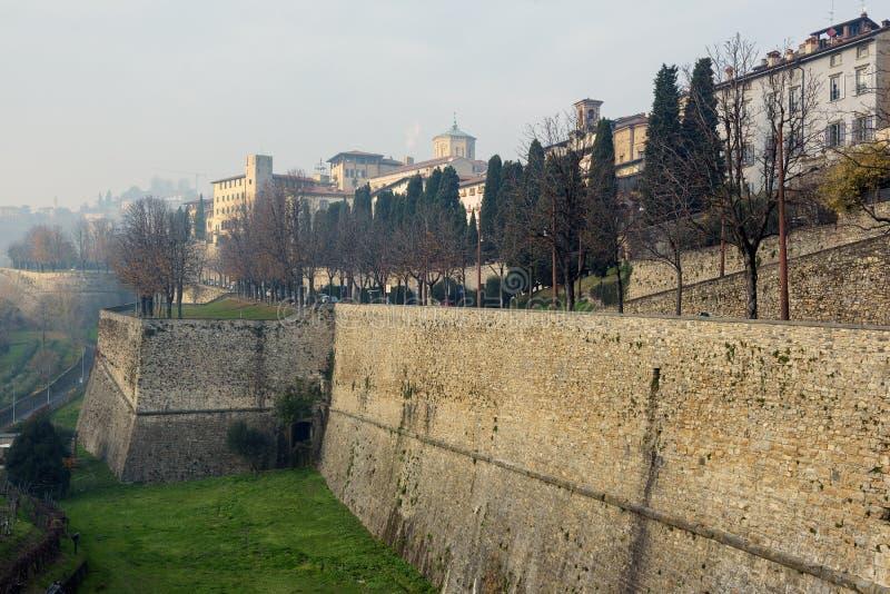 Powietrzny panoramiczny widok na Bergamo miasteczku w północnym Włochy fotografia stock