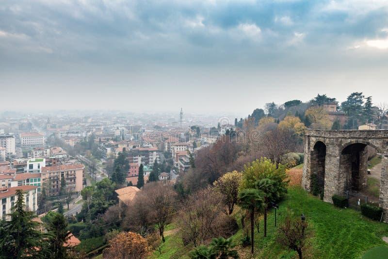 Powietrzny panoramiczny widok na mgłowym Bergamo miasteczku w północnym Włochy zdjęcia stock