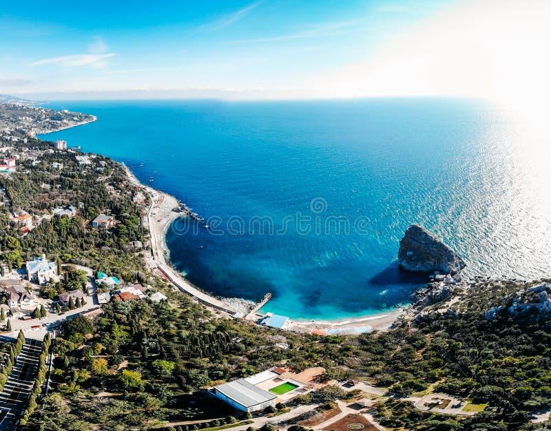 Powietrzny panoramiczny widok piękny seascape z zatoką, falami, wybrzeżem z plażą, skałami w morzu i terenem górskim w Simeiz, Cr fotografia stock