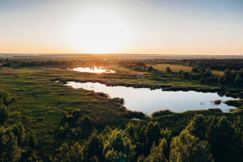 Powietrzny panoramiczny widok piękny natura krajobraz przy zmierzchem, zielony las, jezioro, wspaniały natury tło obrazy stock