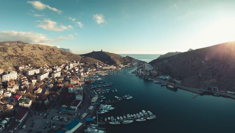 Powietrzny panoramiczny widok schronienie mały halny miasteczko z jachtami i łodziami w zatoce, dennym wybrzeżu i kurorcie, obrazy royalty free