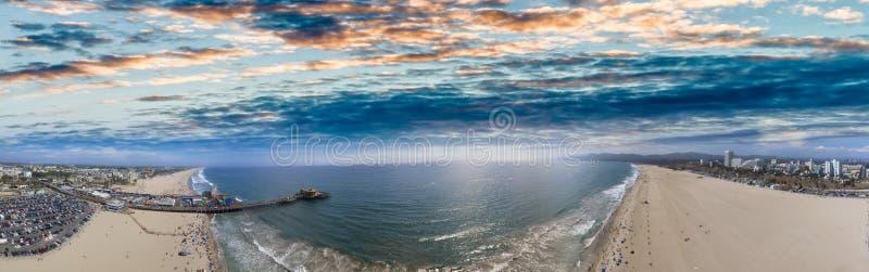 Powietrzny panoramiczny widok Snata Monica molo przy półmrokiem i linia brzegowa zdjęcie stock
