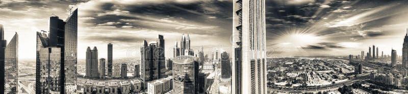 Powietrzny panoramiczny widok w centrum miasto linia horyzontu przy zmierzchem, Dubaj fotografia royalty free