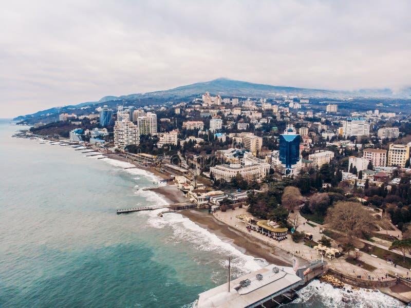 Powietrzny panoramiczny widok Yalta miasta bulwar z morzem, górami i falochronami, piękny kurort dla wakacje zdjęcie royalty free