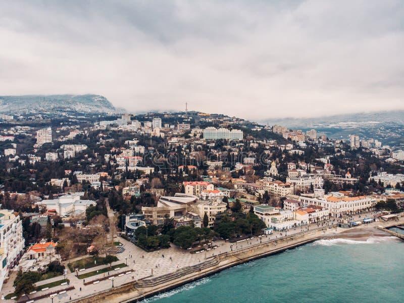 Powietrzny panoramiczny widok Yalta miasta bulwar z morzem, górami i falochronami, piękny kurort dla wakacje obrazy royalty free