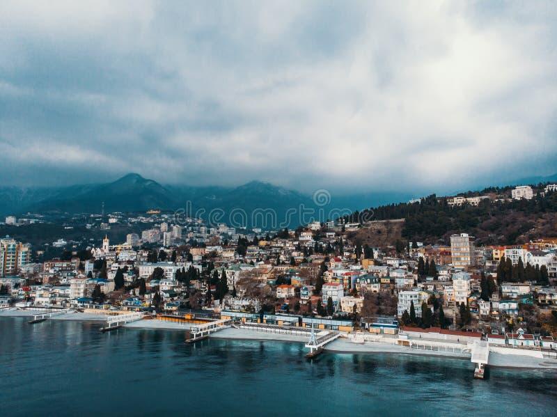 Powietrzny panoramiczny widok Yalta miasta bulwar z morzem w chmurnej pogodzie, górach i falochronach, piękny kurort zdjęcie royalty free