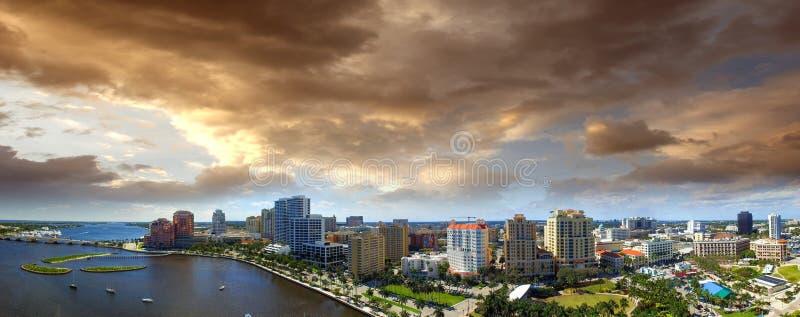 Powietrzny panoramiczny widok Zachodni palm beach, Floryda Zmierzchu skylin obrazy royalty free