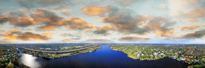 Powietrzny panoramiczny widok Zachodni palm beach, Floryda Zmierzchu skylin obraz stock