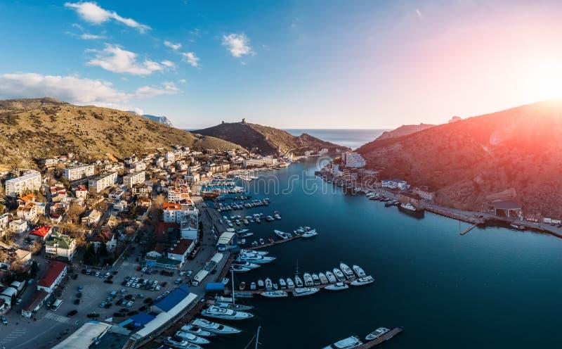 Powietrzny panoramiczny widok zmierzch nad Balaklava, Crimea morzem, zatoka z wiele jachtami i łodzie w kurorcie sunie między gór obrazy stock
