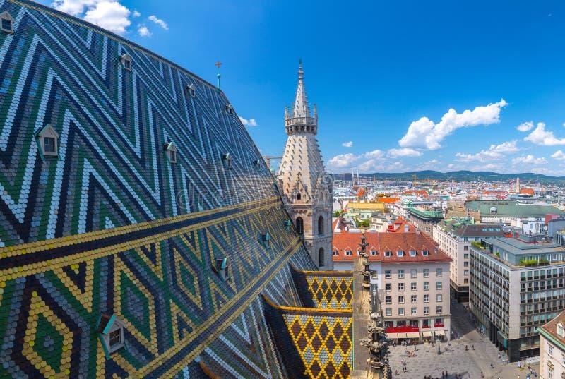 Powietrzny pejzażu miejskiego widok austriacka stolica Wiedeń Lata światła słonecznego dzień, małe cumulus chmury w niebieskim ni zdjęcie royalty free