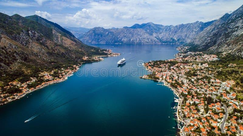 Powietrzny piękny widok Kotor zatoka Statek wycieczkowy dokujący w pięknym letnim dniu obrazy royalty free