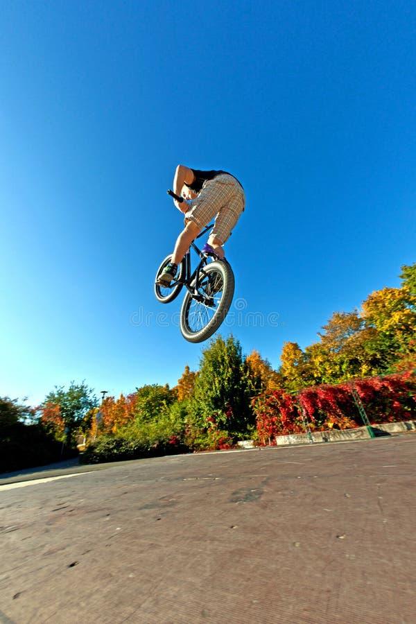 powietrzny roweru chłopiec brud idzie jego obrazy royalty free