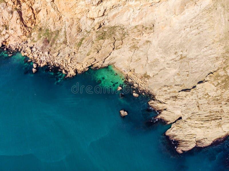 Powietrzny tp widok morze fale i Krymski żółty skalisty wybrzeże, lato natury podróży tło fotografia royalty free