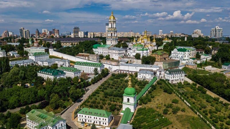 Powietrzny trutnia widok Kijowscy Pechersk Lavra kościół na wzgórzach z góry, pejzaż miejski Kyiv miasto, Ukraina zdjęcia stock