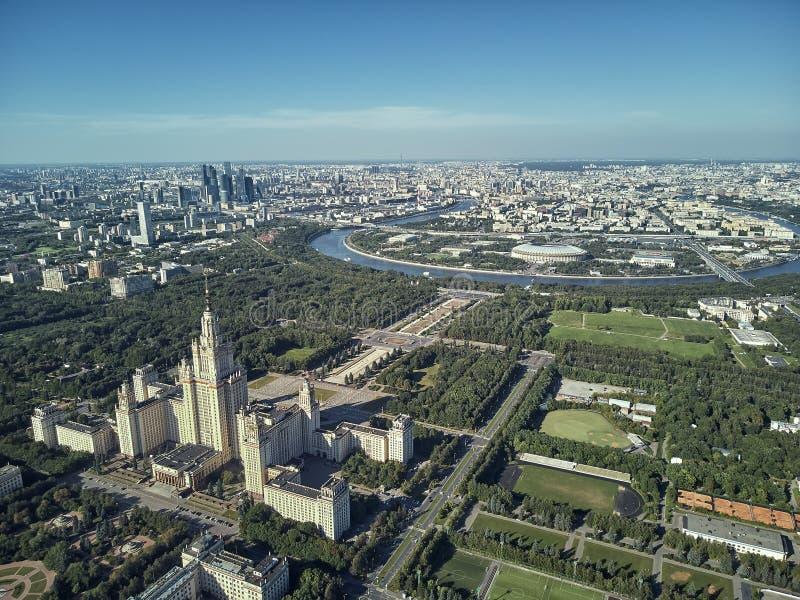 Powietrzny trutnia widok Lomonosov Moskwa stanu uniwersytet MGU, MSU na Wróblich wzgórzach, Moskwa, Rosja piękny terenu park zdjęcia royalty free