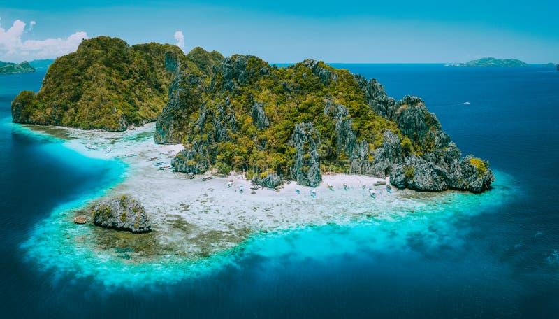 Powietrzny trutnia widok tropikalna Shimizu wyspa i nieskazitelna plaża w błękitnym oceanie El Nido, Palawan, Filipiny Musi widzi obrazy royalty free