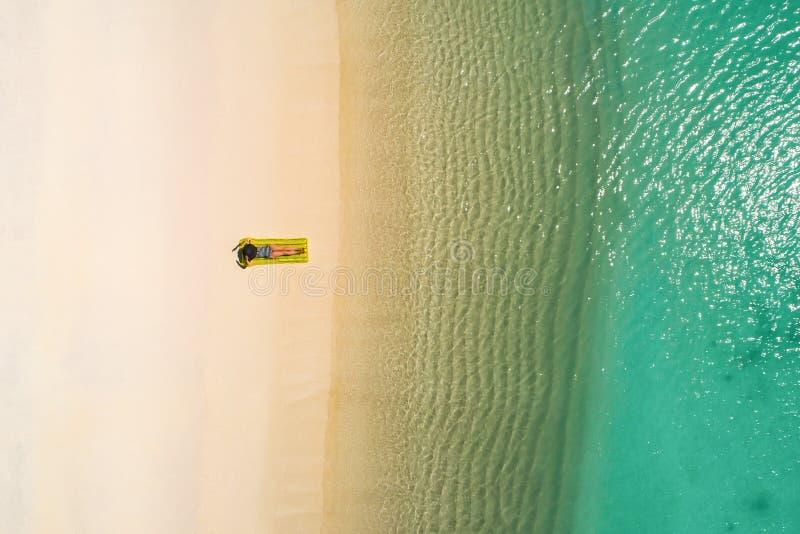 Powietrzny trutnia widok z lotu ptaka Piękna dziewczyna ma zabawę na pogodnej tropikalnej plaży Seychelles obraz royalty free
