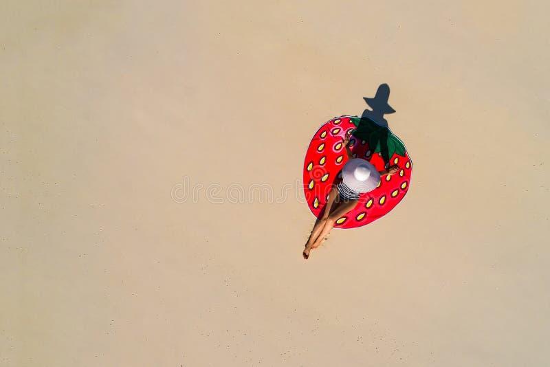 Powietrzny trutnia widok z lotu ptaka Pi?kna dziewczyna ma zabaw? na pogodnej tropikalnej pla?y Seychelles zdjęcie stock