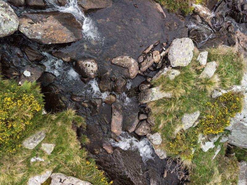 Powietrzny trutnia widoku krajobraz rzeczna spływanie puszka siklawa nad skałami w Snowdonia i zdjęcia royalty free