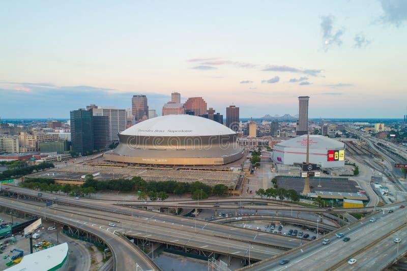 Powietrzny trutnia wizerunek W centrum Nowy Orlean i sportów stadia zdjęcia royalty free
