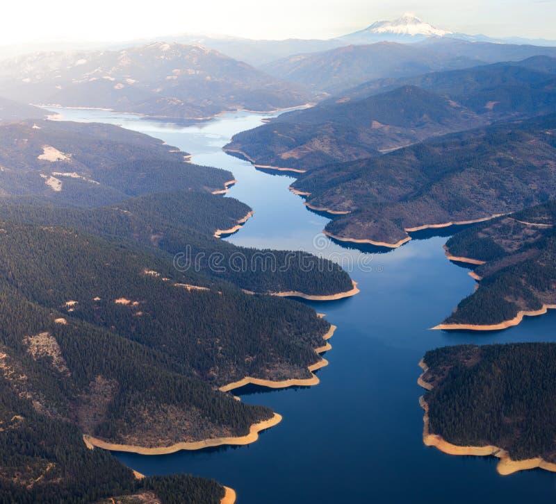 Powietrzny wizerunek jezioro w Północnym Kalifornia z Mt Shasta w tle fotografia royalty free