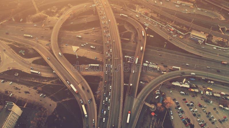 Powietrzny wysoki trutnia lot nad evening drogowego ruch drogowego w Kijów obrazy royalty free