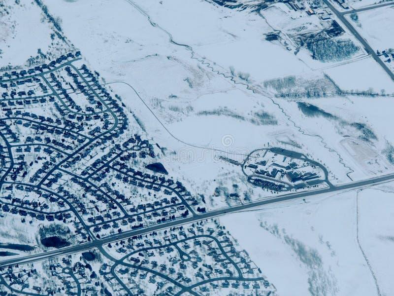 Powietrzny zima śniegu krajobrazu widok wiejska, miasto ziemia między i zdjęcia stock
