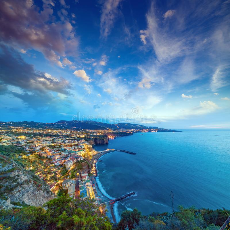 Powietrzny zmierzchu widok linia brzegowa Sorrento i zatoka Naples, Ita zdjęcie royalty free