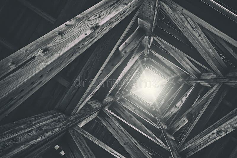 """Powikłana drewniana struktury platforma w Linz, Austria, znać jak """"Höhenrausch"""" strzelał bezpośrednio spod spodu fotografia stock"""