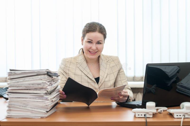 Powitalny recepcjonista kobieta patrzeje kamerę z rozkładem lub listą obrazy royalty free