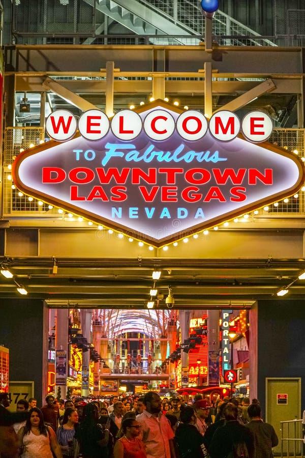 - 23, 2017 powitanie Bajecznie W centrum Las Vegas znak przy Fremont ulicą LAS VEGAS, NEVADA, KWIECIEŃ - fotografia royalty free