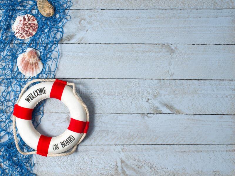Powitanie na pokładzie - lifebuoy z tekstem i skorupami na drewnianym tle zdjęcia stock