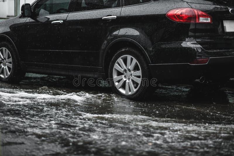 Powodzie, deszcz Udział wodni przepływy zestrzela ulicę dokąd tam jest fotografia stock