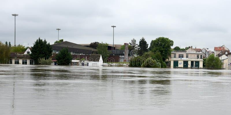 Powodzie na miasteczku melun fotografia stock