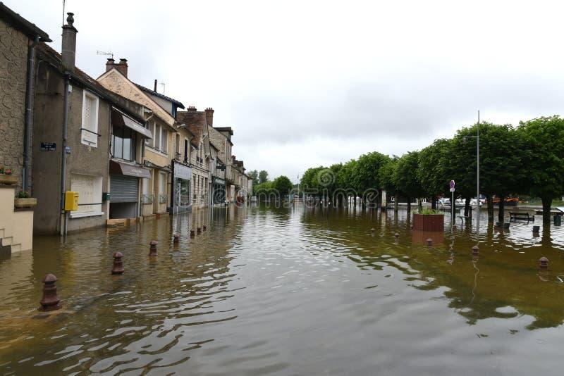 Powodzie na miasteczku melun obraz royalty free