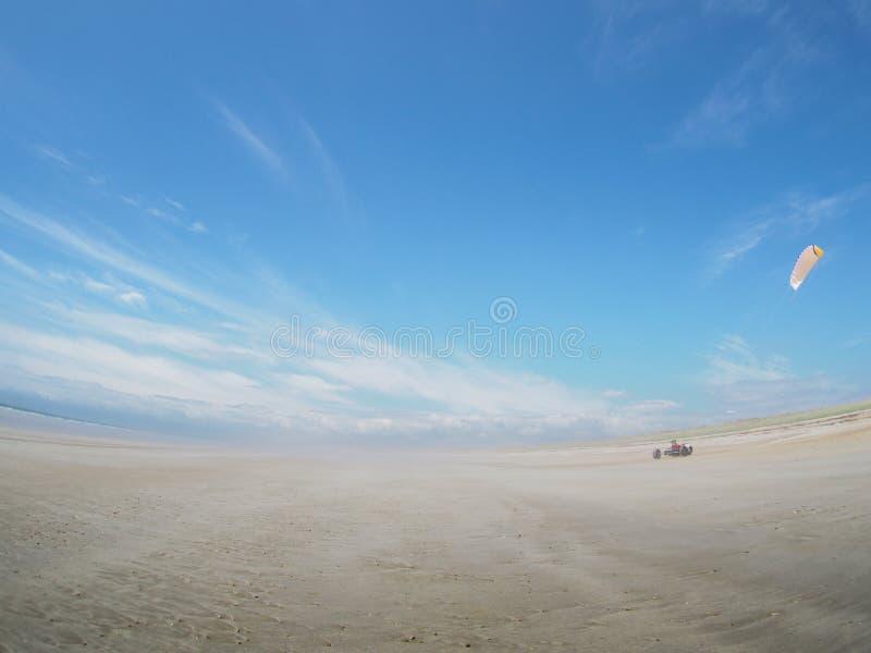 Powozik na plaży w Francja, latająca kania fotografia stock
