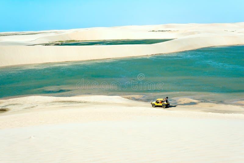 Powozik z turystami podróżuje przez pustynnego Jericoacoara Na obrazy stock