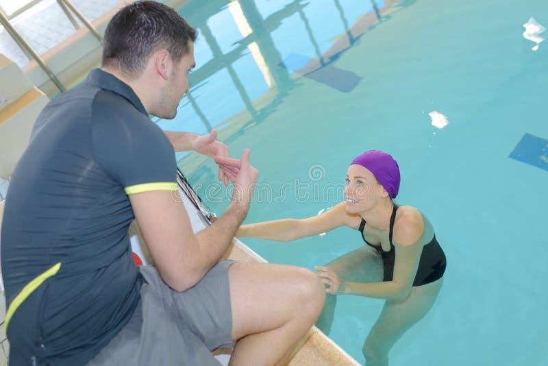 Powozowa stażowa żeńska pływaczka przy basenem obraz royalty free