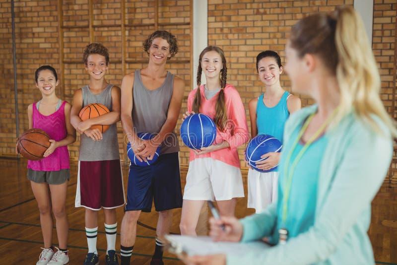 Powozowy opowiadać szkoła średnia dzieciaki w boisko do koszykówki fotografia royalty free