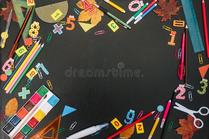 Powrót do koncepcji szkoły Materiały szkolne i biurowe na tle tablicy Płaska warstwa z odstępem fotografia stock