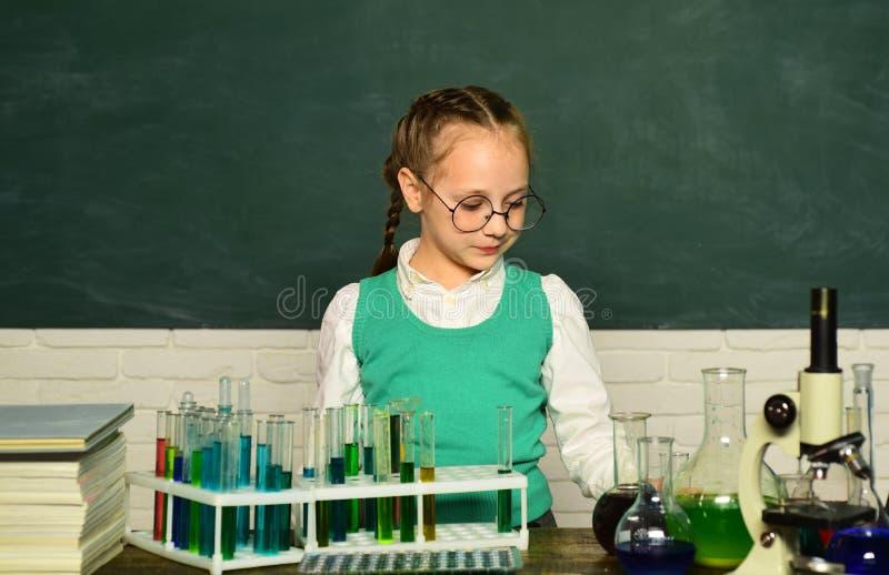 Powrót do szkoły Lekcje chemii szkoły Przeprowadzili nowy eksperyment w chemii zdjęcia stock