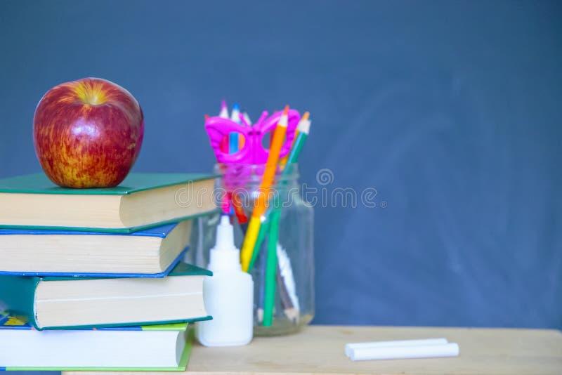Powrót do szkolnego czarnego jabłka obraz stock