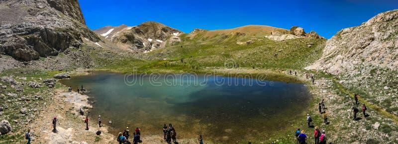 Powulkaniczny krateru jezioro między Bolkar górą i Taurus górą, Nigde, Turcja Ja jest znać '' czarnym jeziorem '' Panoramiczny wi royalty ilustracja