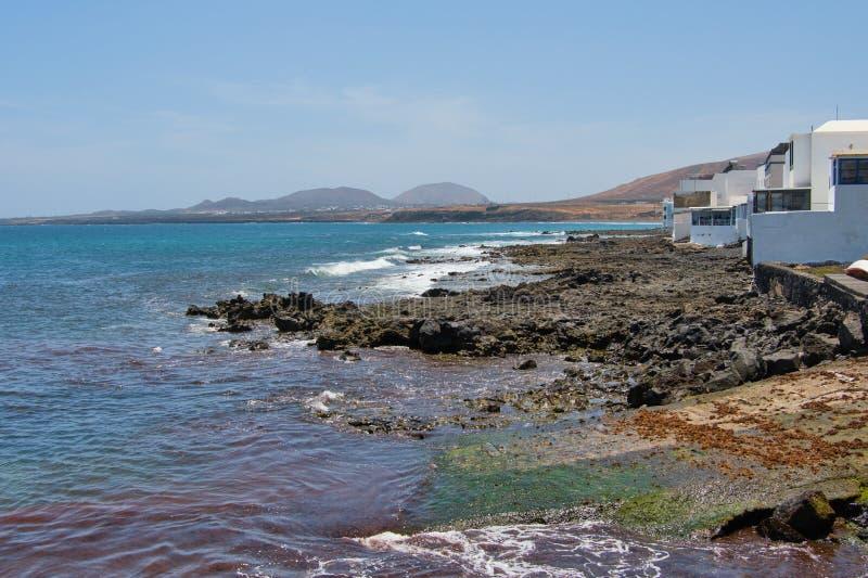 Powulkaniczny wybrzeże w Arrieta mała wioska w Lanzarote obraz royalty free