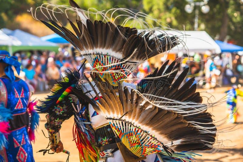 Powwow Nativos americanos vestidos de completa regalia Detalhes do encerramento da regalia foto de stock royalty free